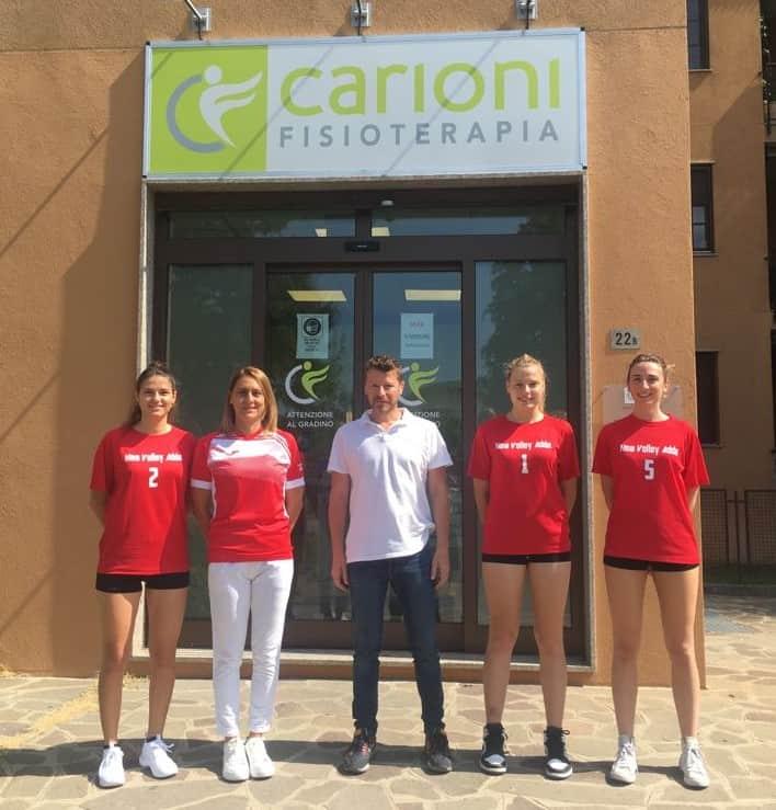 Cristiano carioni con le ragazze del team NEw Volley